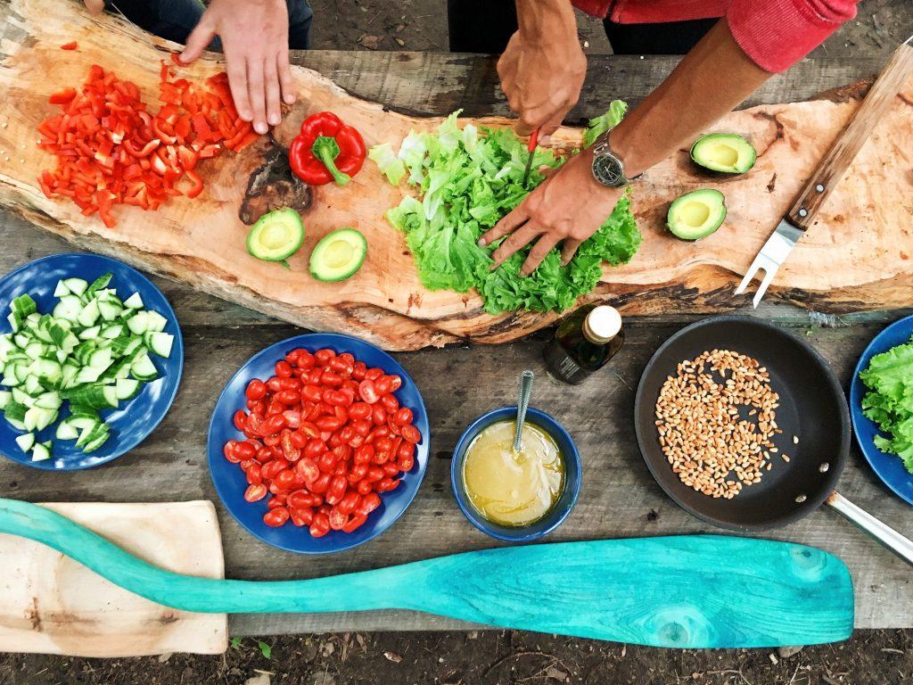 Η 1η Νοεμβρίου είναι η Παγκόσμια μέρα χορτοφαγίας και μπορείτε να την γιορτάσετε, αρχίζοντας να καταναλώνεται όσο το δυνατόν συχνότερα φυτικά προϊόντα, εξαιρώντας κρέας και γαλακτοκομικά από το τραπέζι σας. Έτσι ωφελείτε τον οργανισμό σας και προστατεύετε το περιβάλλον.