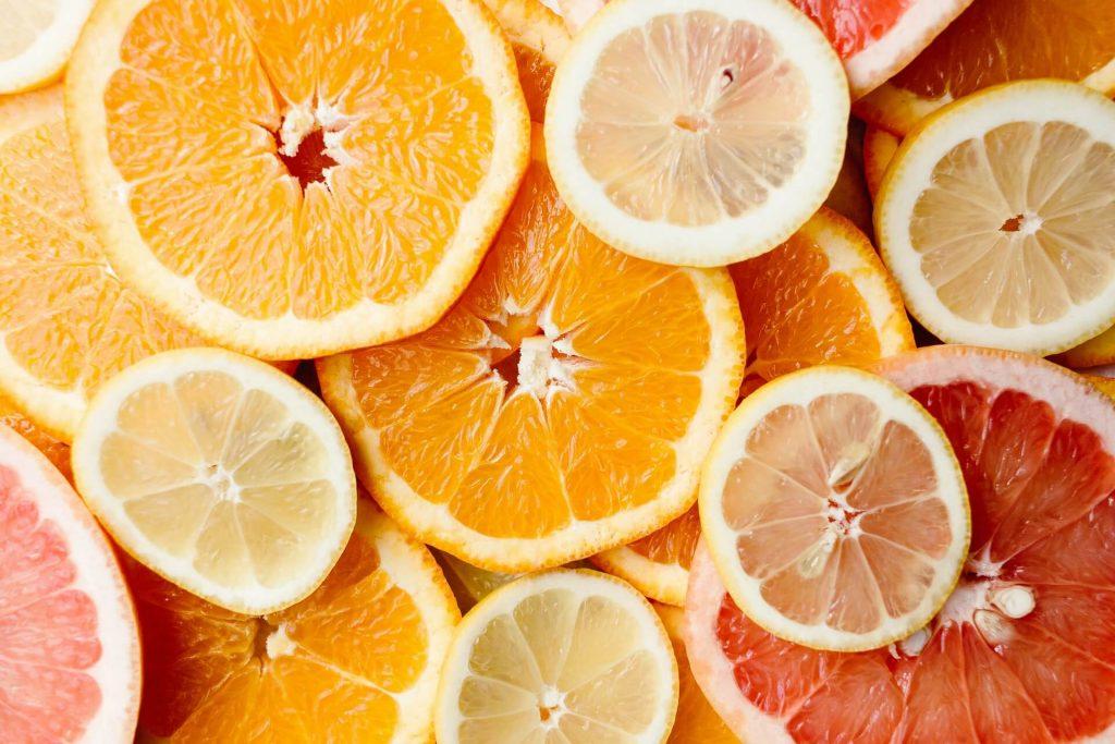 Πορτοκάλι, λεμόνι και μανταρίνι θωρακίζουν τον οργανισμό με τα συστατικά τους, αλλά κυρίως με τη βιταμίνη C που περιέχουν.