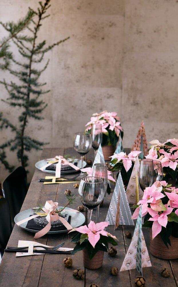 Ροζ αλεξανδρινά και απλές χειροτεχνίες απογειώνουν το γιορτινό τραπέζι με χαρούμενο και φυσικό τρόπο.