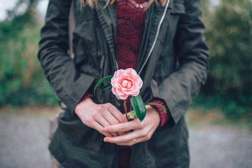 Χαρίστε της ένα λουλούδι καμέλιας και εκείνη θα νιώσει μοναδική, αφού τα πέταλά της αποπνέουν ρομαντισμό και σταθερότητα.