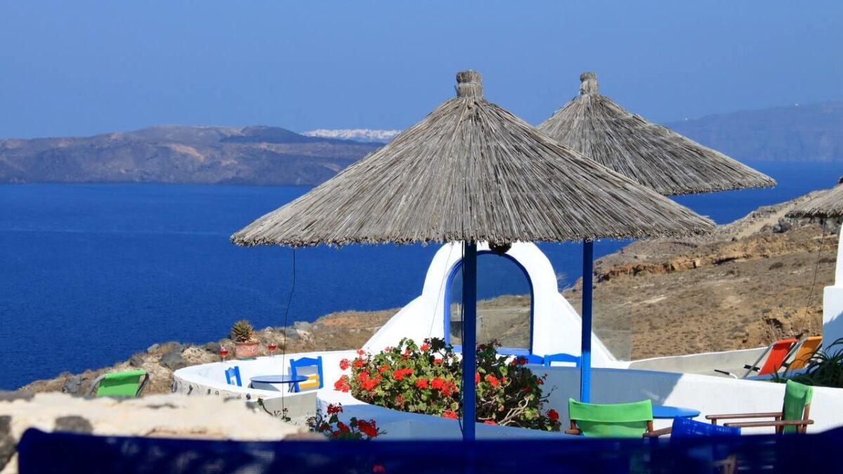 Γεράνια και βαμβακούλες: στα μπαλκόνια της Ελλάδας και στις γειτονιές του κόσμου!