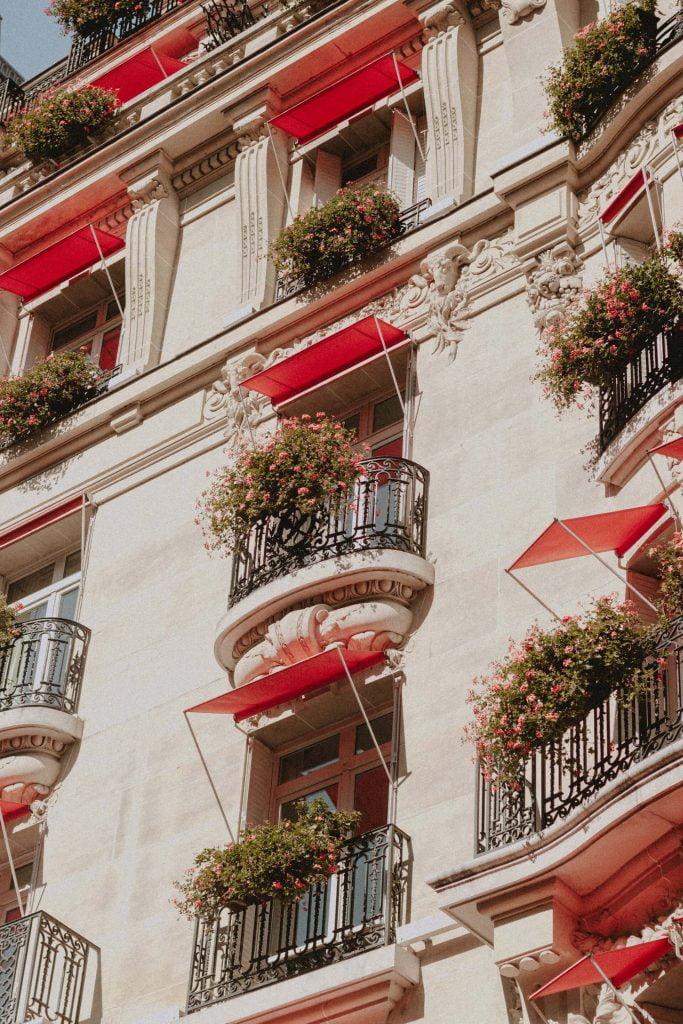 Ρόδινες βαμβακούλες κρέμονται στα κάγκελα κτιρίου στο Παρίσι.