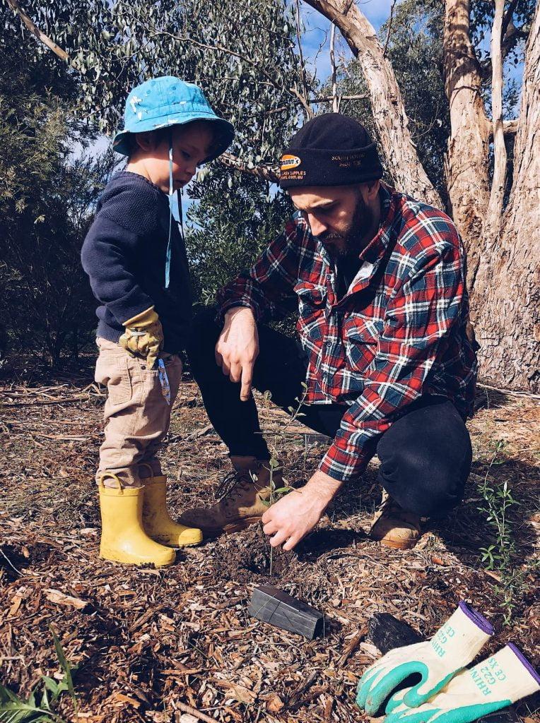 Φυτέψτε με το πιτσιρίκι σας ένα φυτό. Εξηγήστε του πόσο σημαντικό είναι να υιοθετήσει ένα δέντρο.