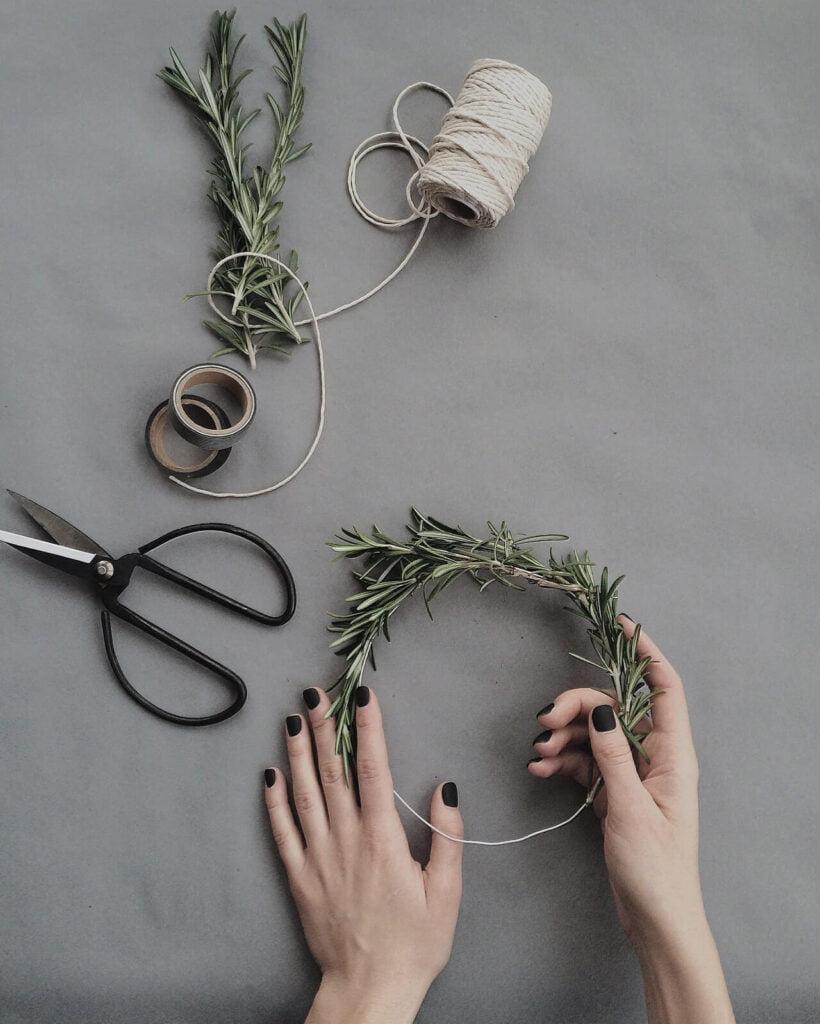 Ως βάση, μπορείτε να χρησιμοποιήσετε ένα ευλύγιστο σύρμα και επάνω του να πλέξετε και να στηρίξετε τα ζωντανά υλικά σας.